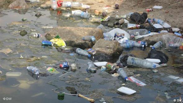 Πλαστικά μπουκάλια στην παραλία στο Λίβανο