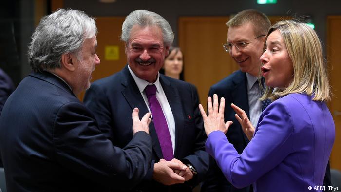 EU-Außenminister für Saktionen gegen Russland   Georgios Katrougalos, Jean Asselborn und Federica Mogherini (Foto: AFP/J. Thys)