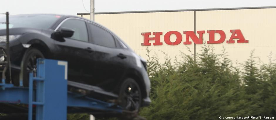 A car transporter leaves the Honda car plant in Swindon (picture-alliance/AP Photo/S. Parsons)