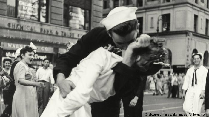 Kissing Sailor Küssender Soldat Times Square Kriegsende 1945 (picture-alliance/akg-images/V. Jorgensen)