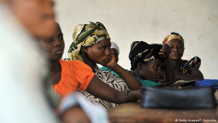 Mulheres congolesas participam de aula de ONG que reabilita, entre outros, vítimas de estupro sistemático. ONU estima em mais de 200 mil número de vítimas de violência sexual no Congo Democrático