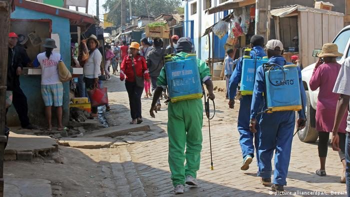 Plague combat efforts in Madagascar (picture-alliance/dpa/L. Bezain)