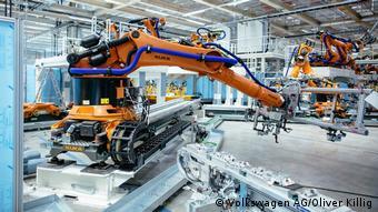 W hali montażowej samochodów elektrycznych w Zwickau ludzi zastąpią po części roboty