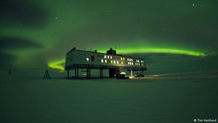 Смята се, че по всяко време на годината Антарктида е обитавана от поне 1000 души. Всички те са представители на международните изследователски екипи. През лятото на Антарктида живеят около 4000 изследователи. През тежката антарктическа зима - не повече от 1000. Те са подслонени в 80-те изследователски станции, които понастоящем се ползват от близо 30 държави. На снимката се вижда германската изследователска станция Ноймайер III на института Алфред Вегенер.