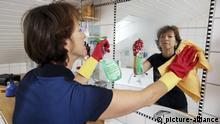 Haushalt, Frau putzt im Badezimmer | Verwendung weltweit, Keine Weitergabe an Wiederverkäufer.