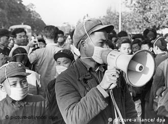 Ein junger Rotgardist mit Megafon spricht im Januar 1967 zu Passanten. Er trägt wie alle Angehörigen der Roten Garde auf Anordnung von Mao einen Mundschutz gegen Grippe. Die Große Proletarische Kulturrevolution wurde im Winter 1965/1966 von Mao Tsetung eingeleitet und dauerte bis 1969. Foto: Ian Brodie +++(c) dpa - Report+++