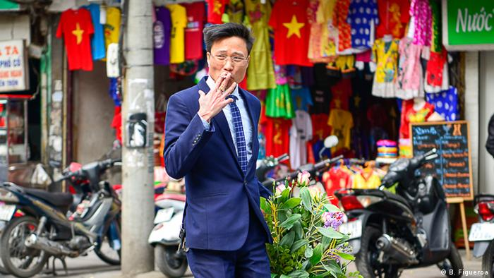Vietnam | Ein Mann raucht eine Zigarette in Hanoi (B. Figueroa )