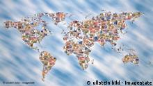 Symbolbild Weltkarte mit Banknoten
