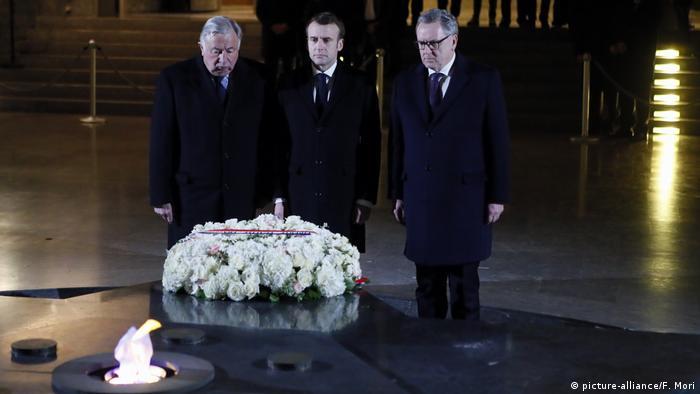 Emmanuel Macron bei dem Shoah Denkmal in Paris
