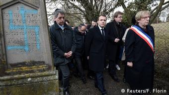 Presidente Emanuel Macron visita cemitério judaico vandalizado em Quatzenheim, próximo a Estrasburgo