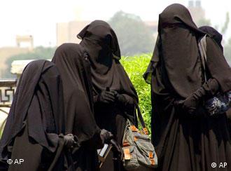 Vollverschleierte Frauen in Ägypten (Foto: AP)