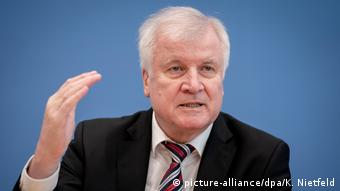 Horst Seehofer (picture-alliance/dpa/K. Nietfeld)