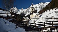 Die weltberühmte Ramsauer Dorfkirche, fotografiert vom Malerwinkel aus Foto: DW/Monika Griebeler Wann wurde das Bild gemacht?: Februar 2019 Wo wurde das Bild aufgenommen?: Ramsau