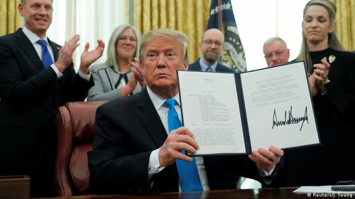 Дональд Трамп показывает подписанный указ о создании космических войск
