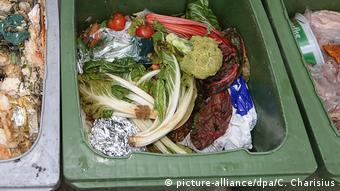 Продукты питания в мусорном контейнере