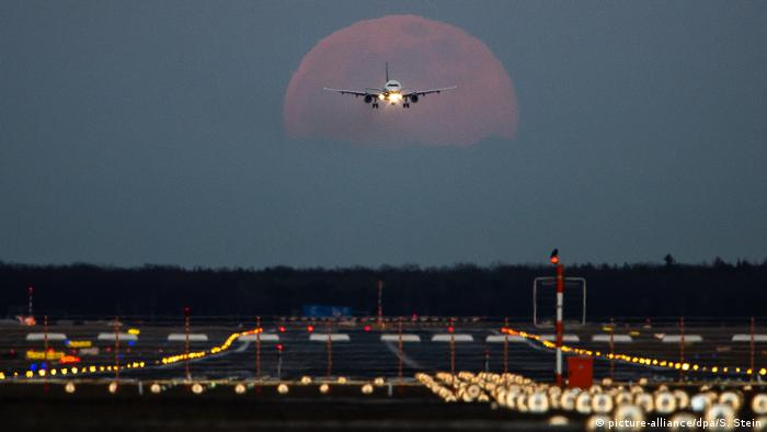BdT - Vollmond in Frankfurt (picture-alliance/dpa/S. Stein)