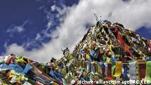 Tibet | Touristen wefen Glücksbringer in die Luft | Yumbulagang Festung nahe Lhasa