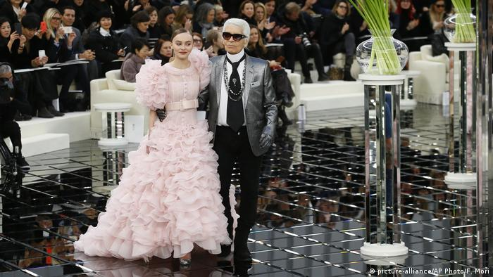 Lily-Rose Depp with Karl Lagerfeld (picture-alliance/AP Photo/F. Mori)