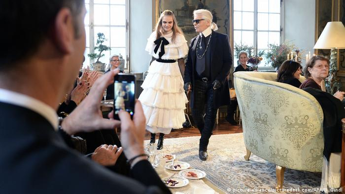 Cara Delevingne with Karl Lagerfeld (picture-alliance/picturedesk.com/APA/B. Gindl)