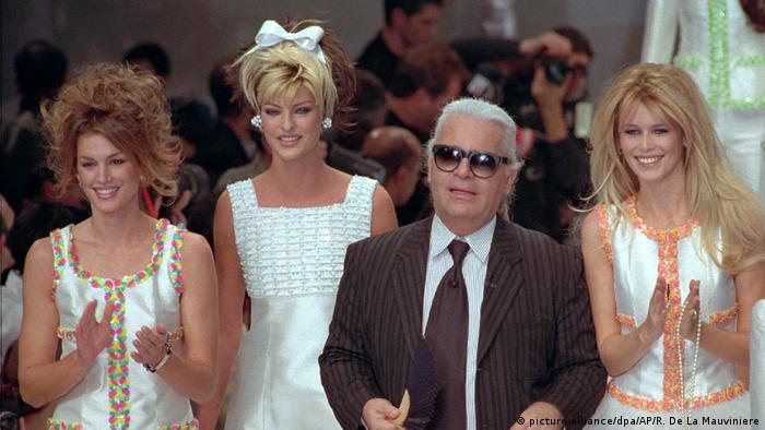 Karl Lagerfeld with Cindy Crawford, Linda Evangelista and Claudia Schiffer (picture-alliance/dpa/AP/R. De La Mauviniere)