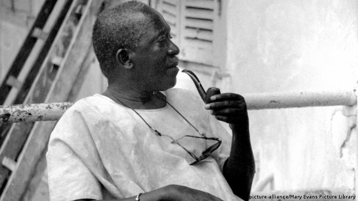 Film director Ousmane Sembene holding a pipe in his hand(picture-alliance/Mary Evans Picture Library)