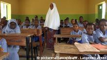 Nigeria - Lehrerin in Schule