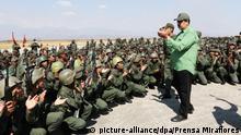 HANDOUT - 29.01.2019, Venezuela, ---: In diesem vom venezolanischen Präsidentenamt zur Verfügung gestellten Bild klatsch Nicolas Maduro (r), Präsident von Venezuela, mit Soldaten bei seinem Besuch eines Militärstützpunktes. (zu dpa «Säbelrasseln in Caracas: Maduro warnt vor «Vietnam in Lateinamerika» vom 30.01.2019) Foto: ---/Prensa Miraflores/dpa - ACHTUNG: Nur zur redaktionellen Verwendung im Zusammenhang mit der aktuellen Berichterstattung und nur mit vollständiger Nennung des vorstehenden Credits +++ dpa-Bildfunk +++   Verwendung weltweit