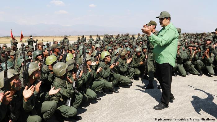 Venezuela Maduro vor regierungstreuen Soldaten