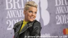 Singer Pink poses for photographers upon arrival at the Brit Awards in London, Wednesday (picture-alliance/AP/Invision/V. Le Caer)