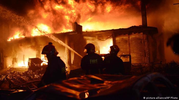 Bombeiros lutam para conter as chamas no bairro de Chawkbazar em Dhaka