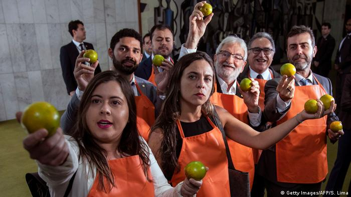 Protesters holding green oranges in front of Congress (Getty Images/AFP/S. Lima)