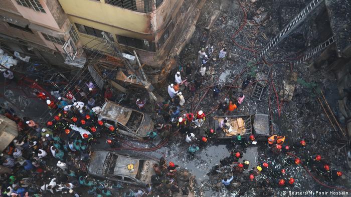 Escombros de um armazém incendiado em Chawkbazar, Dhaka