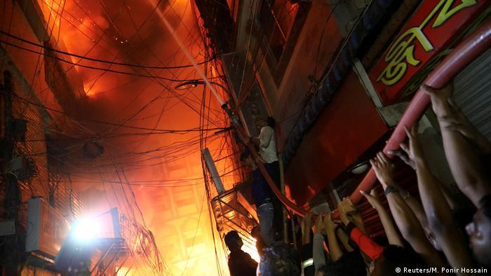 Bairro de Chawkbazar em Dhaka, repleto de edifícios antigos, existe há cerca de 400 anos