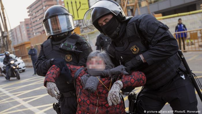 Police officers remove a protester on a road leading to Barcelona (picture-alliance/AP Photo/E. Morenatti)