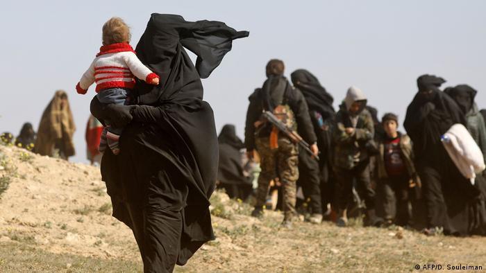 Kobieta z burce z dzieckiem na ręku
