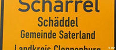 Zweisprachiges Ortsschild Scharrel/Schäddel