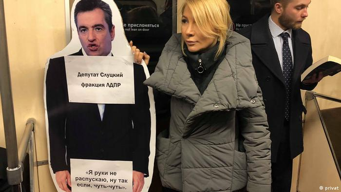 Алена Попова выходила на одиночные пикеты с картонным изображением депутата Слуцкого