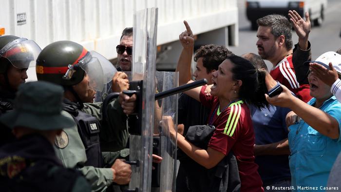 Mitglieder des Gesetzgebers der venezolanischen Nationalversammlung und Anhänger des venezolanischen Oppositionsführers Juan Guaido prallen mit Sicherheitskräften zusammen, als sie die Straße am Stadtrand von Mariara blockieren (Reuters/A. Martinez Casares)