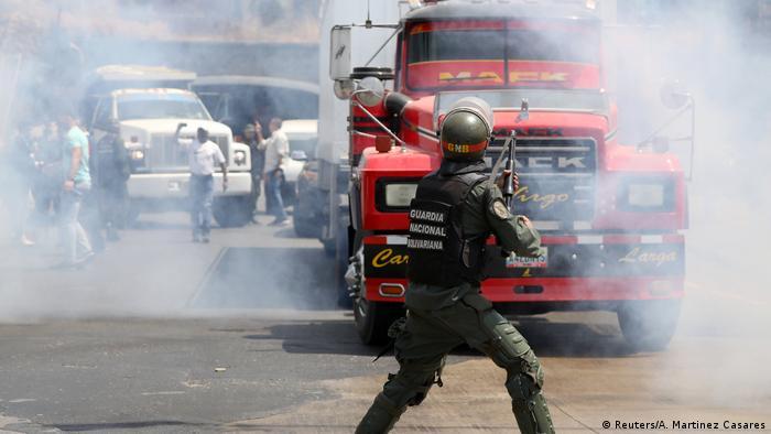 Mitglieder des Gesetzgebers der venezolanischen Nationalversammlung und Anhänger des venezolanischen Oppositionsführers Juan Guaido prallen mit Sicherheitskräften zusammen, als sie die Straße am Stadtrand von Mariara blockieren