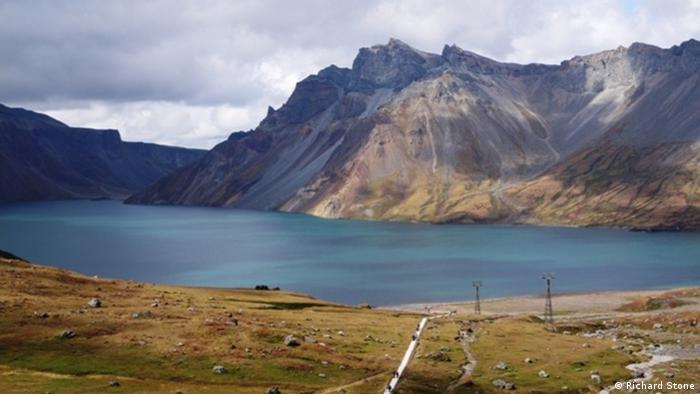 Vista do lago na cratera do monte Paektusan
