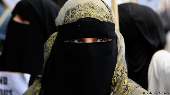 London Protest vor französischer Botschaft Frau mit Niqab (Reuters/S. Wermuth)