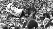 Free Mandela - unter diesem Motto fand am 11.06.1988 im London Wembley Stadion ein zehnstündiger Rock-Marathon als Tribut für den inhaftierten südafrikanischen Freiheitskämpfer Nelson Mandela statt. Rund 72.000 Menschen nahmen an der außergewöhnlichen Geburtstagsfeier für Nelson Mandela, der am 18.07.1988 seinen 70. Geburtstag feiern wird, teil. 1994 wurde Mandela aus der Haft entlassen und später der erste farbige Staatspräsident Südafrikas. +++(c) dpa - Report+++ |