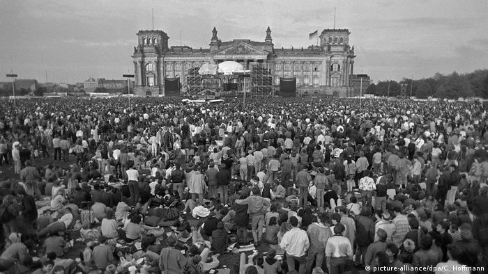 Menschenmenge bei Konzert vor Reichstag (Foto: picture-alliance)