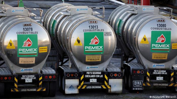 Pipas en vez de oleoductos: el combate al huachicoleo. (Archivo)