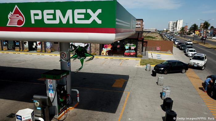 Line of cars waiting at gas station in Zapopan, Mexico (Getty Images/AFP/U. Ruiz)