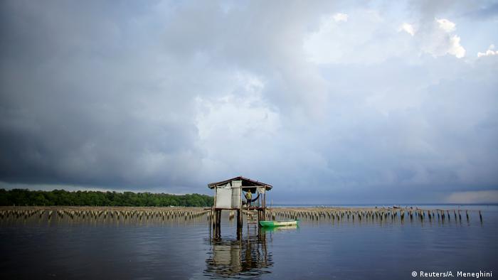 Hütte mitten im Wasser (Foto: Reuters/A. Meneghini )