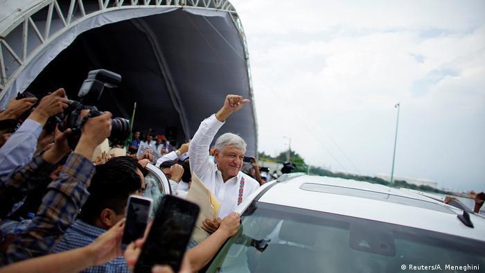 Mexicanos ovacionam Lòpez Obrador durante visita a refinaria