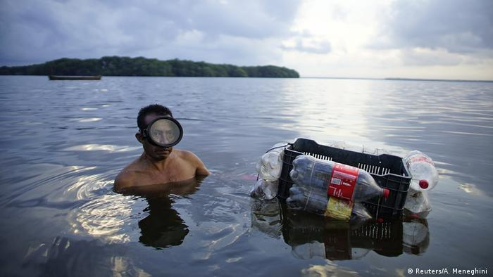 Mann mit Taucherbrille im Wasser (Foto: Reuters/A. Meneghini )