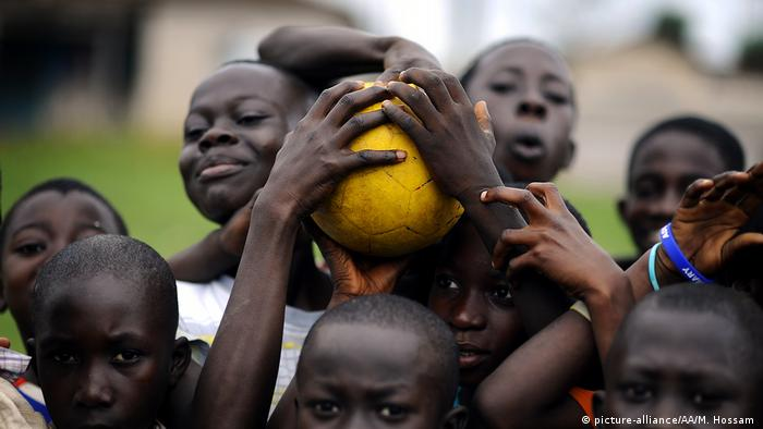 Ghanaian boys holding a football (picture-alliance/AA/M. Hossam )