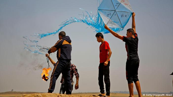 Palestinians setting fire to kites (Getty Images/M. Abed)